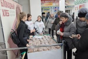 Хлеб и листовки в первые дни акции раздавали юные и «серебряные» волонтеры