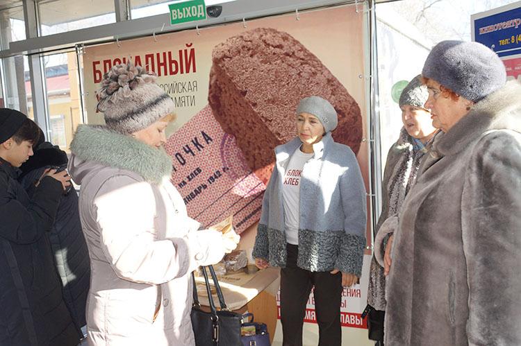 Кусочек хлеба - символ мужества ленинградцев