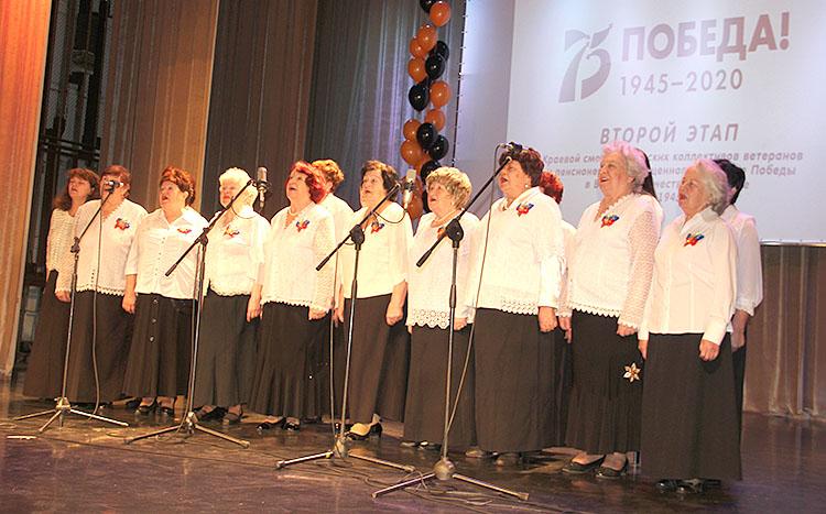 На сцене - хор ветеранов «Дети войны»
