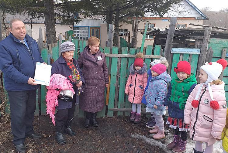 Нину Колесникову взрослые и дети навестили в день ее рождения