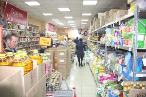 Несмотря на ажиотаж, полки в магазинах не пустеют