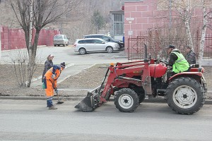 Первым делом с дорожного полотна и тротуаров уберут весь мусор и пескосолевую смесь, оставшиеся после снежной зимы