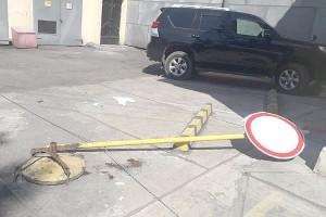 Водитель микрогрузовика сбил дорожный знак на улице Ленинской