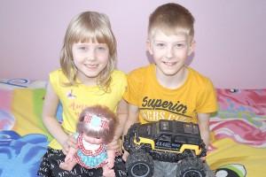 Первоклассники Саша и Люба – родные брат и сестра