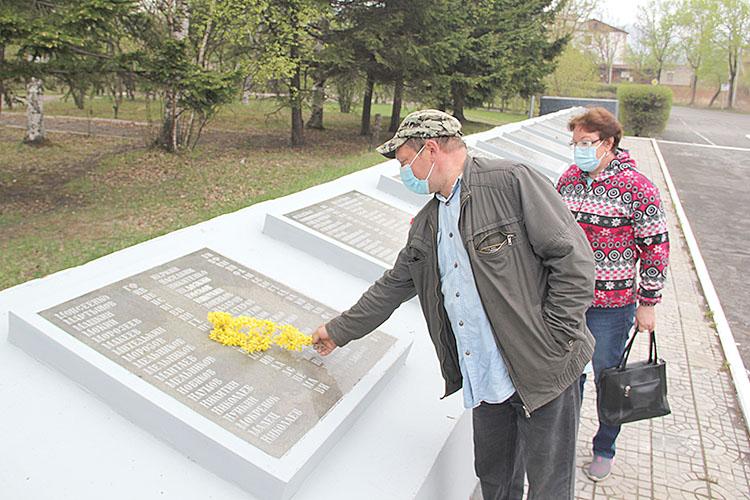 В память о своих героях партизанцы возлагали цветы к мемориалу