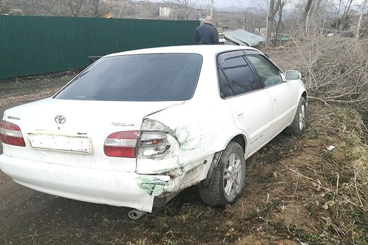 На улице Больничной горе-водитель сломал забор и скрылся