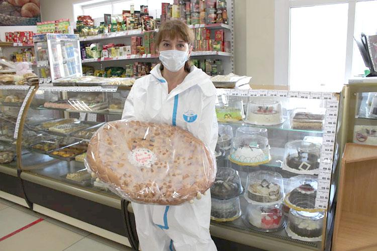 Большой пирог в подарок медикам скорой помощи