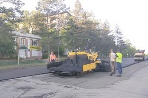 Асфальтирование дорог округа идет сразу в нескольких районах