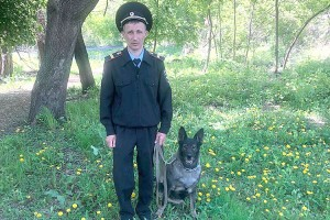 Полицейский-кинолог Александр Денисов и служебная собака Энджи