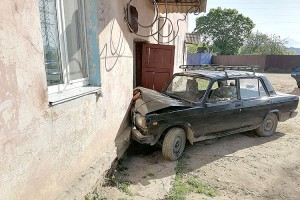 «Протаранил» дом и с места ДТП скрылся