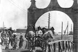 Арка на Сучанском руднике в честь приезда генерал-губернатора Н.Л. Гондатти