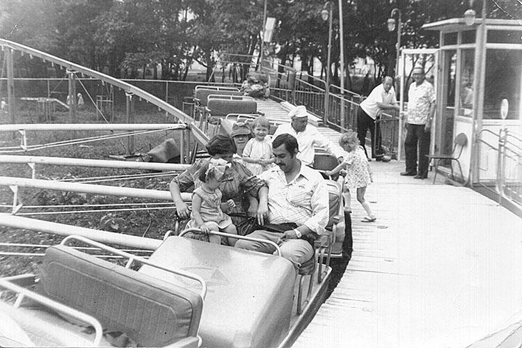 Карусель в парке культуры и отдыха ДКЭ - начало 70-х годов XX века