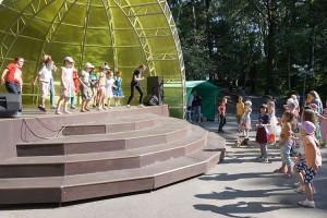 В ожидании оценок жюри детвора вдоволь натанцевалась на сцене
