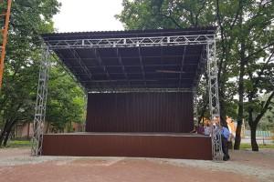 В сквере Лозового установили сцену и спортивные тренажеры