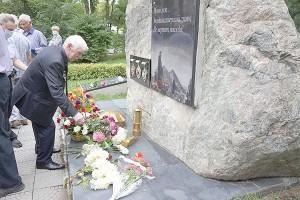 Цветы у памятного знака «Шахтерская слава»