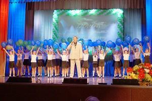 Александр Иванов исполняет гимн города на праздновании 120-летия Партизанска