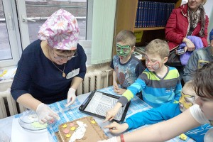 Участники «Библионочи» украшали торт вместе с Татьяной Холодковой