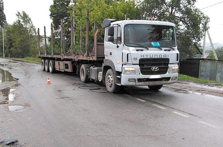 На Обогатительной грузовик сорвал провисший кабель линии электропередач