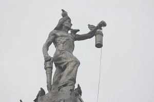 Без малого 70 лет статуя шахтера венчает вход в городской парк