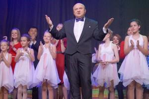 В главной роли - директор Дворца культуры Александр Саратов