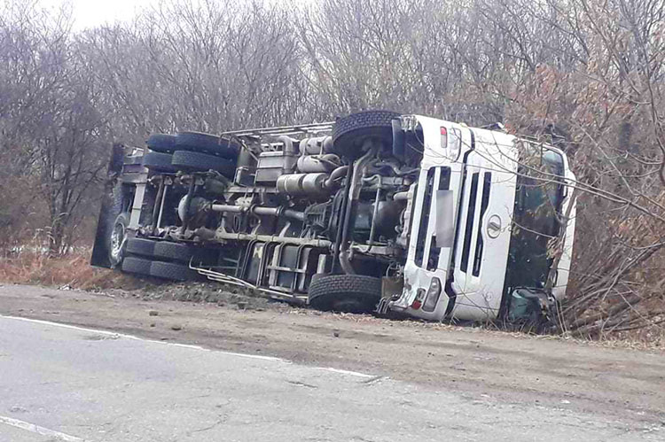 На трассе «Шкотово-Партизанск» грузовик лег на бок