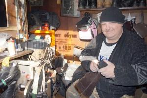Один из мастеров по ремонту обуви Алексей Дружинин работает в переулке Бойком