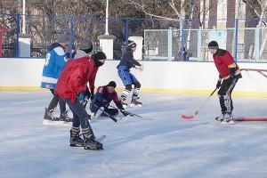 Дружеский матч между ветеранами и юными хоккеистами провели в день открытия катка