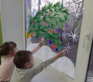 В детсаду №24 дети вместе с воспитателями украшали окошки