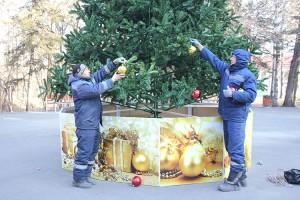 Ответственные за новогоднее убранство елки Дмитрий Веригин и Сергей Цакун