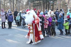 В дружном хороводе вместе с Дедом Морозом