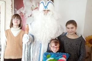 Дети очень рады гостям - Деду Морозу и другим сказочным героям