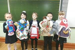 Первоклашки из школы №3 уже смастерили своих масленичных кукол