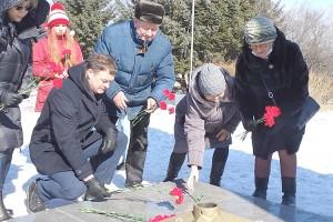 Алые гвоздики к памятникам воинам Великой Отечественной