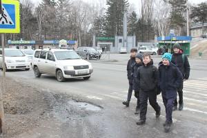 На пересечении улиц Ленинской и Садовой много и машин, и пешеходов