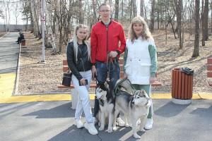 Елена, Сергей и Ольга с питомцами Арни и Луной