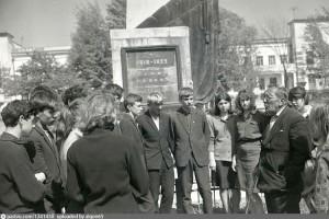 Ветеран Гражданской войны Иван Ильич Мешков беседует со школьниками у памятника партизанам. Май 1967 года