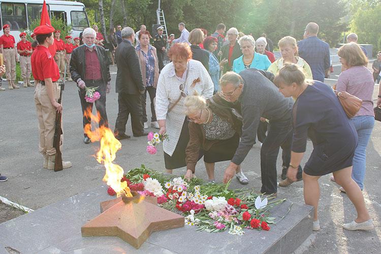 Цветы к Вечному огню - как символ памяти о трагической дате