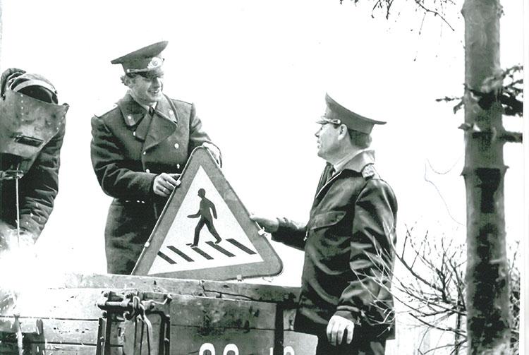 В 70-е годы автоинспекторы сами устанавливали дорожные знаки