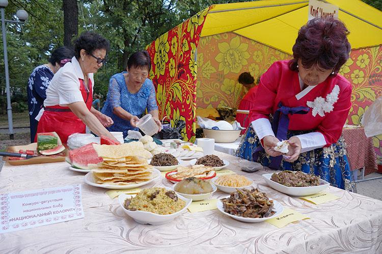 Щедрое угощение от корейской общины