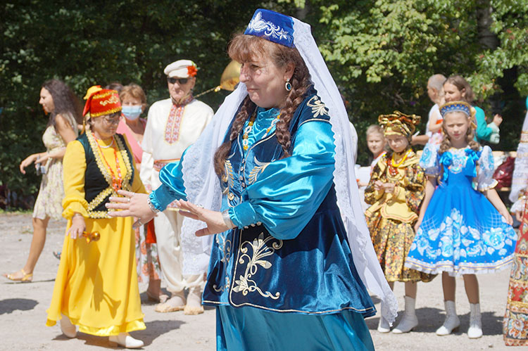 Танцующие участники фестиваля - «Туган Тел» из Находки