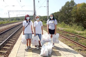 Волонтеры прибыли на станцию «Тигровый», чтобы передать наборы с продуктами и другими необходимыми товарами жителям отдаленного села