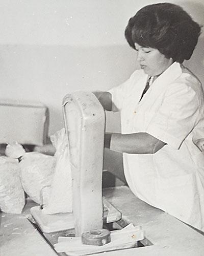 Татьяна Миргородская на фасовке в магазине №6