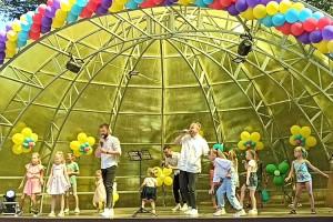 Детвора с азартом танцевала вместе с артистами из Владивостока