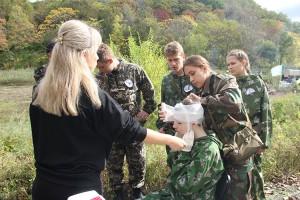 Один из этапов - первая медицинская помощь бойцу