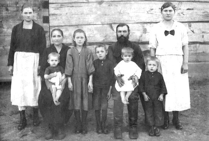 Основатель села Моисей Игнатович Шерстюк с семьей