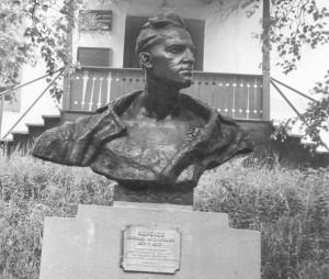 Памятник комсомольскому вожаку Крониду Кореннову у бывшего Народного дома