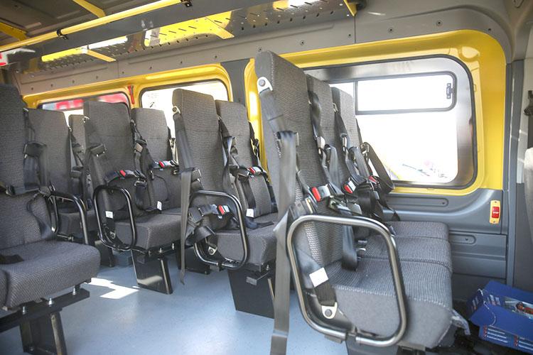 Оснащение школьных автобусов отвечает всем требованиям безопасности